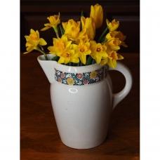 Ąsotis, dekoruotas art deco gėlių juosta