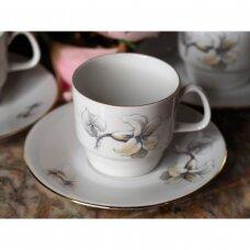 Epiag puodelis su lėkštute kavai, dekoruoti lelijomis
