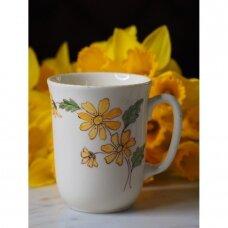 Geltonomis gėlėmis dekoruotas didelis puodelis