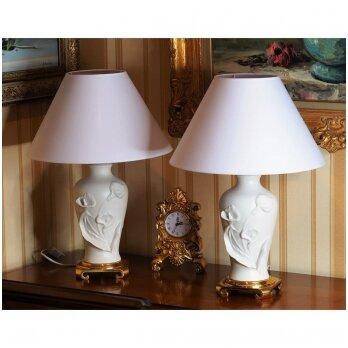 Hollywood Regency dvieju baltų lempų ant žalvarinio pagrindo komplektas