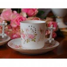 Senovinis puodelis su lėkštute, dekoruoti rožinėmis gėlėmis ir drugeliais