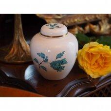 Spoode vazelė, dekoruota turkio spalvos raštais