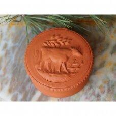 Terakotos dėžutė dekoruota karve, glazūruotu vidumi